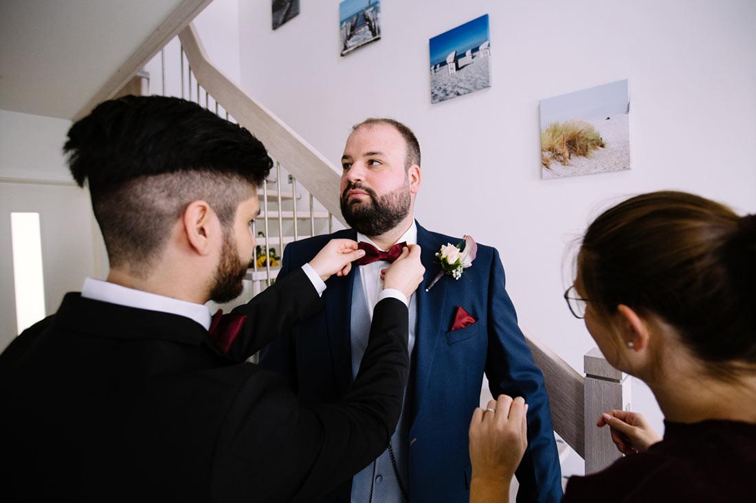 Bräutigam wird schick gemacht