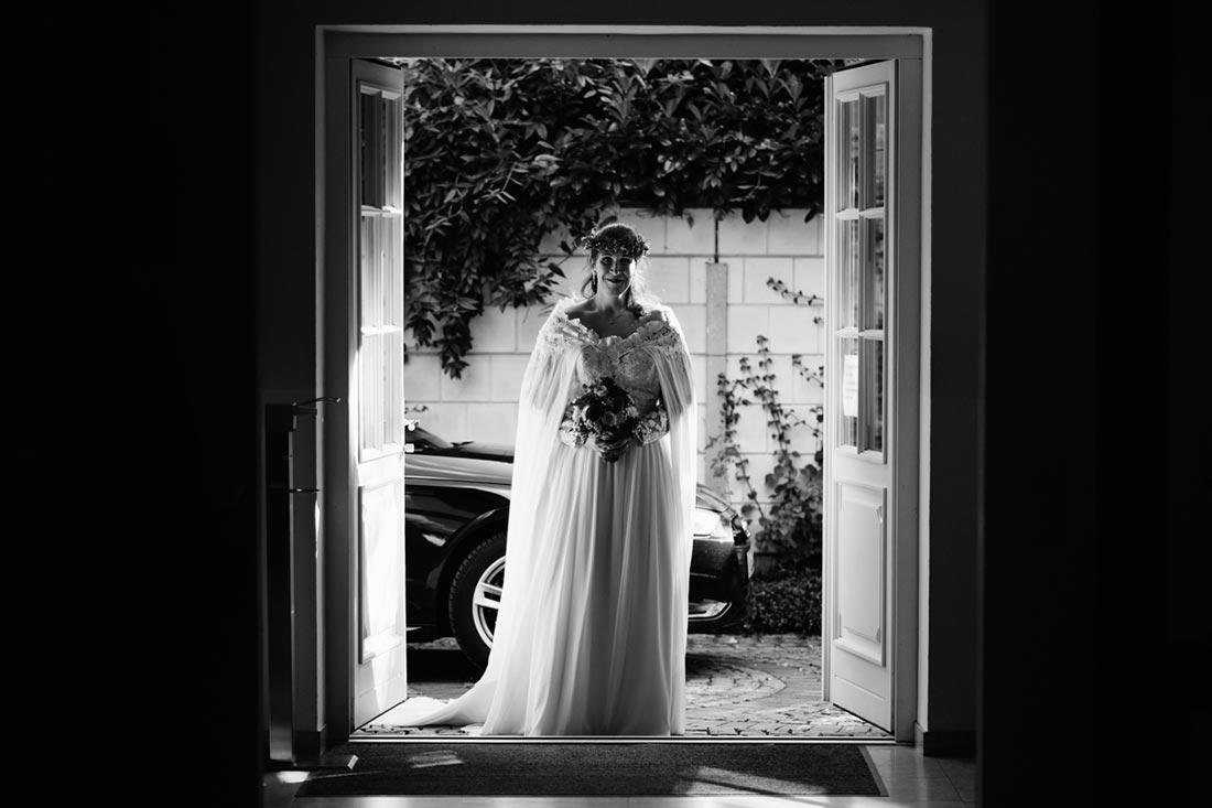Braut steht vor dem Standesamt