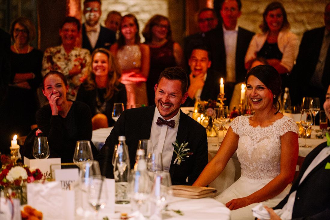 Brautpaar lacht über Video